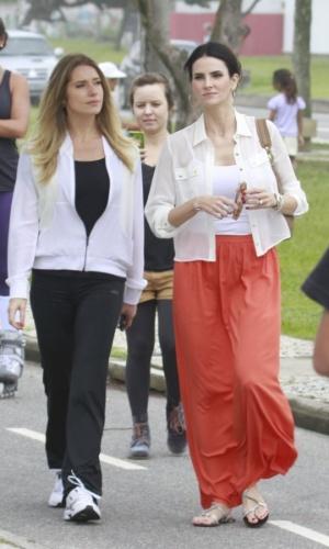 """19.mar.2013 - Letícia Spiller e Lisandra Souto caminham juntas no calçadão da praia antes das gravações de """"Salve Jorge"""""""