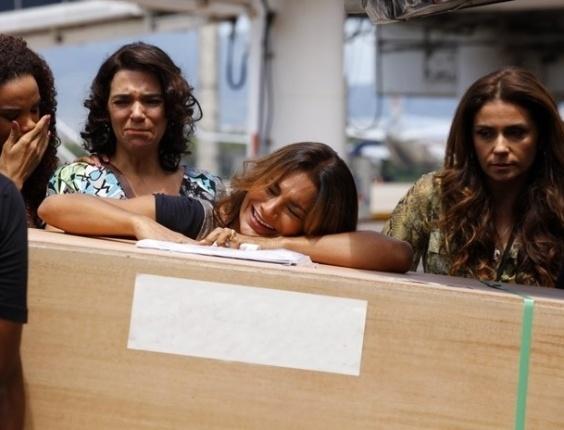 """20.mar.2013 Em """"Salve Jorge"""", Lucimar desaba ao receber caixão de Morena no aeroporto"""