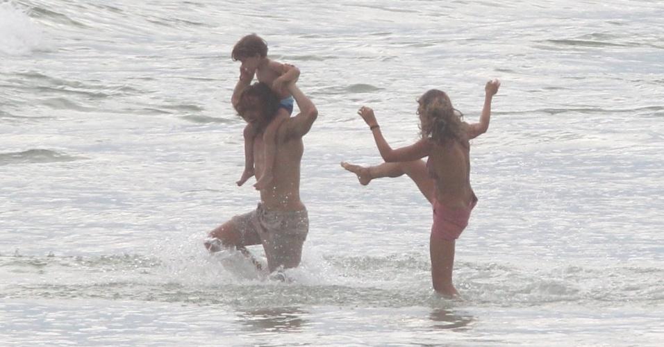 """21.mar.2013 - Grazi Massafera gravou cenas de """"Flor do Caribe"""" em uma praia da zona oeste do Rio. A atriz dividiu cenas com um bebê e com o ator Igor Rickli"""