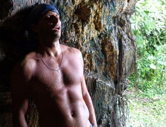 """22.mar.2013 - Em """"Flor do Caribe"""", Cassiano sobrevive ao acidente na mina e foge dos capangas de Dom Rafael"""