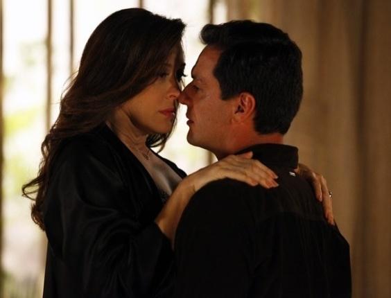 """22.mar.2013 - Em """"Salve Jorge"""", Théo leva Lívia para a cama e pergunta quem matou Jéssica"""