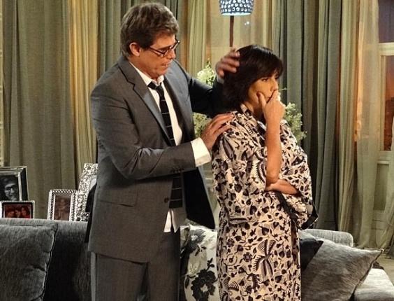 """25.mar.2013 Em """"Guerra dos Sexos"""", depois de achar que foi abandonada por Nando, Roberta é consolada por Felipe"""