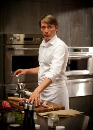 """Cena da série """"Hannibal"""", estrelada por Mads Mikkelsen e Laurence Fishburne"""