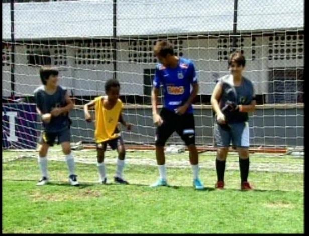 """Neymar ensina o """"Eu quero Tchu, eu quero tcha"""", hit de Gusttavo Lima, para as crianças"""