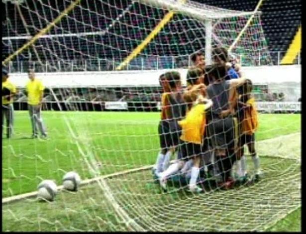"""Crianças abraçam Neymar dentro do gol em cena de """"Carrossel"""""""
