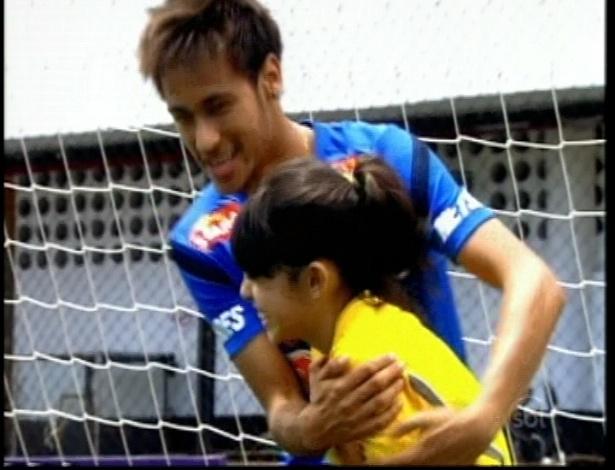 Neymar abraça Alicia, única menina no time da escola Mundial depois de ensinar dribles