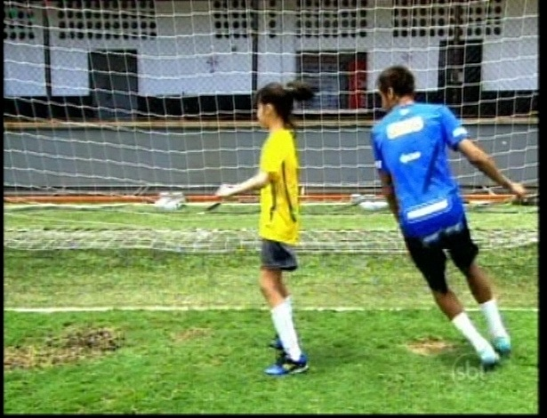 """Neymar ensina dribles para Alicia em cena de """"Carrossel"""""""