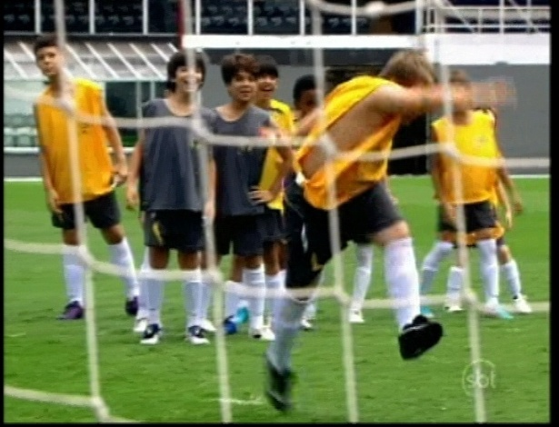 Neymar treina as crianças para jogo no campeonato da escola