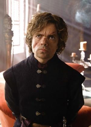 """Com um profundo corte no rosto resultado da batalha de Blackwater Bay, Tyrion Lannister (Peter Dinklage) continua com seus jogos de manipulação na terceira temporada de """"Game of Thrones"""""""