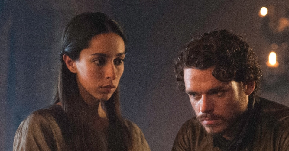 "Robb Stark (Richard Madden) e Talisa of Volantis (Oona Chaplin) em cena da terceira temporada de ""Game of Thrones"""