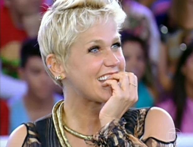 "30.mar.2013 - Xuxa vê depoimento do namorado, o ator Junno de Andrade, no programa ""TV Xuxa"""