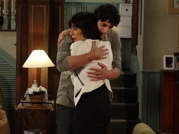 """Em """"Guerra dos Sexos"""", Nando conta a Roberta que ama Juliana"""