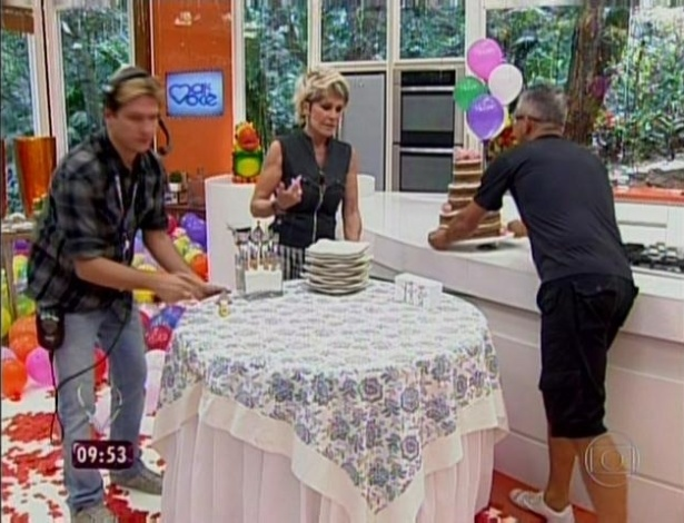 """1.abr.2013 - Ao final do """"Mais Você"""", Ana Maria Braga ganhou um bolo de aniversário"""