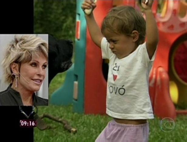 1.abr.2013 - Apresentadora emocionou-se ao ver o depoimento da filha ao lado da neta Joana