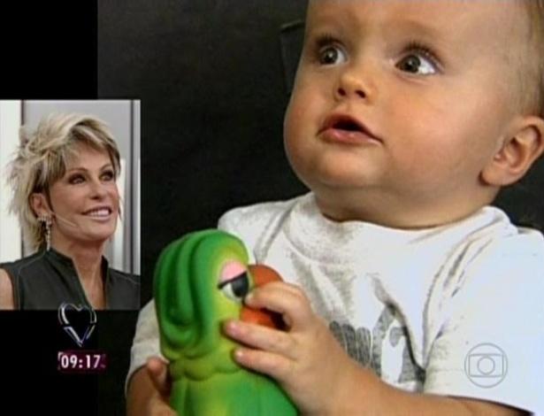 1.abr.2013 - Apresentadora emocionou-se ao ver o depoimento da nora ao lado do neto Bento