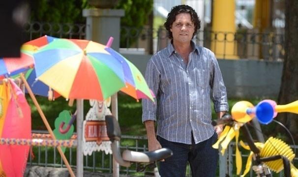 """2.abr.2013 Felipe Camargo grava cenas de """"Sangue Bom"""" no fictício parque de diversões Kim Park, em Campinas"""