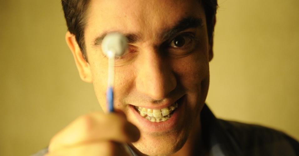 Adalberto Paladino (Marcelo Adnet) é um cirurgião-dentista bem-humorado. Junto com os amigos de consultório começou a levar uma vida dupla para combater o crime