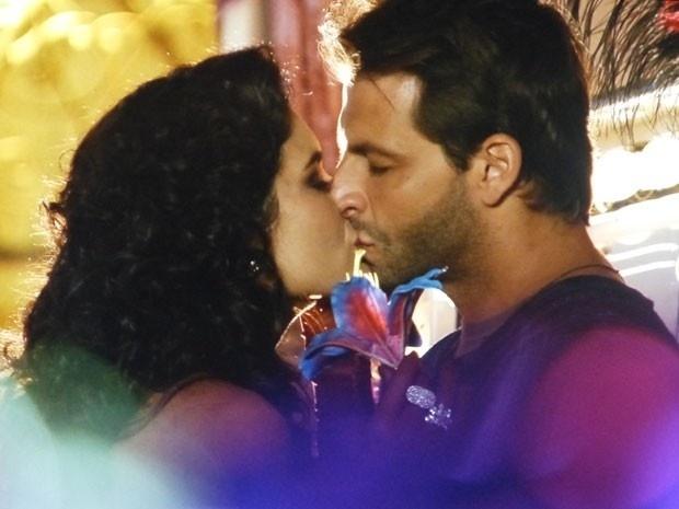 """Em """"Flor do Caribe"""", Cristal e Cassiano se beijam"""