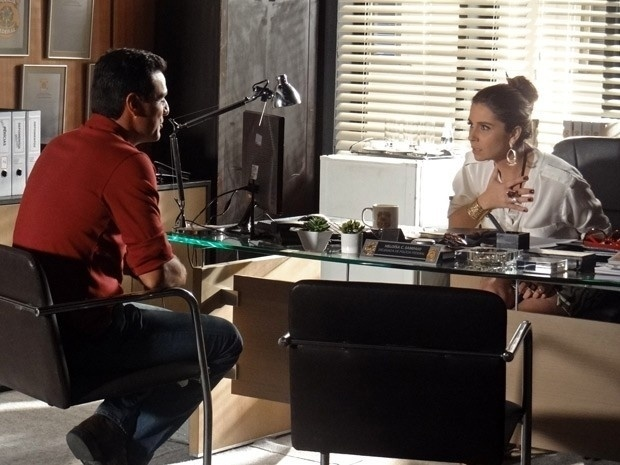 """Em """"Salve Jorge"""", Théo conta para Helô que Lívia carrega seringas na bolsa e a delegada confirma suas suspeitas"""