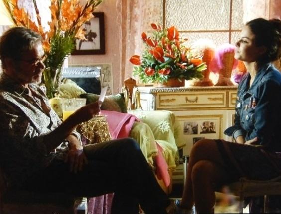 """Em """"Flor do Caribe"""", Amaralina mostra foto do avô desaparecido para Duque"""