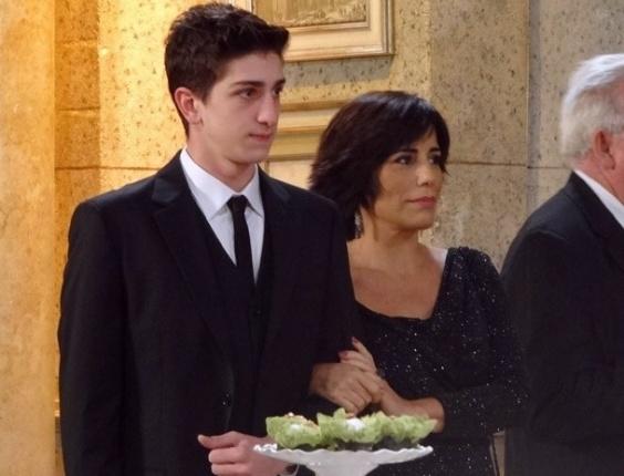 """Em """"Guerra dos Sexos"""", Roberta vai ao noivado de Juliana e Nando e vira o centro das atenções"""