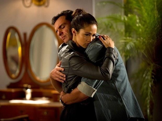 """Em """"Salve Jorge"""", Théo pede para Morena contar tudo o que aconteceu na Turquia"""