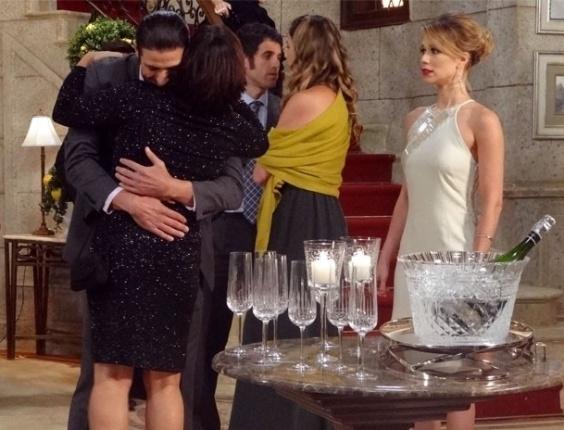 """Em """"Guerra dos Sexos"""", Nando abraça Roberta, e Juliana morre de ciúmes"""