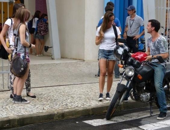 """Em """"Malhação"""", Lia alerta Nanda sobre Sal"""