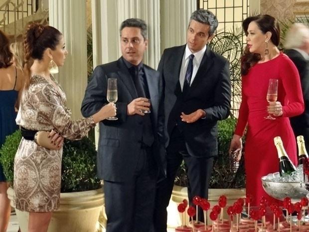 """Em """"Salve Jorge"""", Helô deixa Lívia tensa ao dizer na frente de todos que Rachel foi assassinada"""
