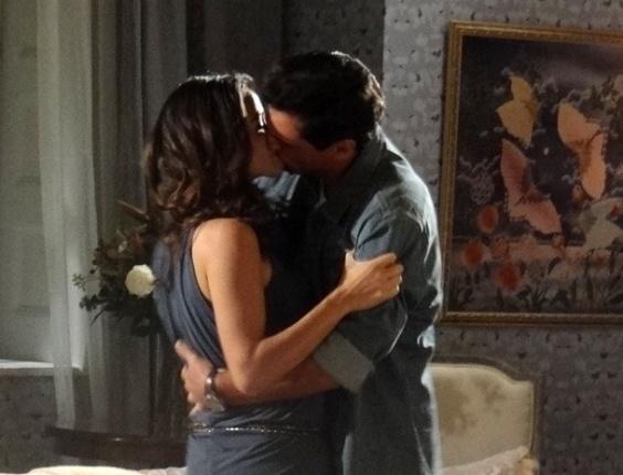 """6.abr.2013 - Em """"Salve Jorge"""", Théo e Morena têm noite de amor"""