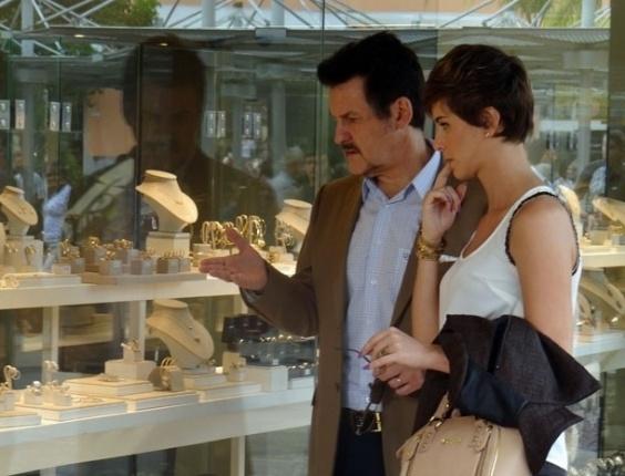 """10.abr.2013 - Em """"Salve Jorge"""", Aisha e Mustafa veem colar de Berna à venda em uma joalheria"""