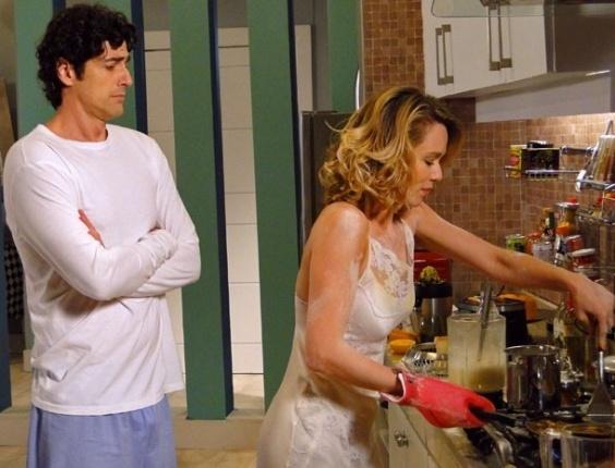 """8.abril.2013 - Em """"Guerra dos Sexos"""", Juliana tenta cozinhar mas acaba com panqueca grudada no teto"""
