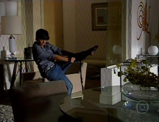 8.abr.2013 - Antes de se transformar em Lohana, Jô, personagem de Thammy Miranda, gravou um vídeo da preparação para a dançarina. Nas imagens ela aparece usando salto alto e treinando uma dança sensual