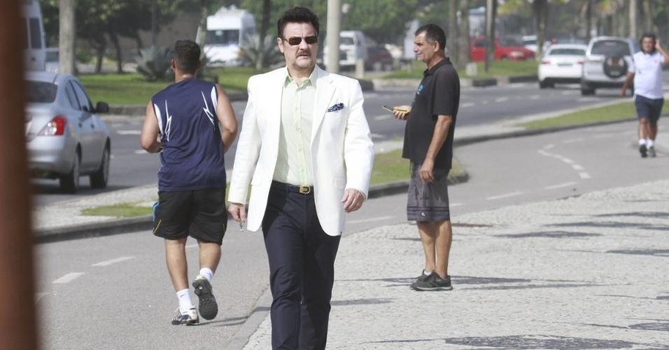 """8.abr.2013 - Antonio Calloni chega à Barra da Tijuca, no Rio de Janeiro, para gravar cenas de """"Salve Jorge"""""""