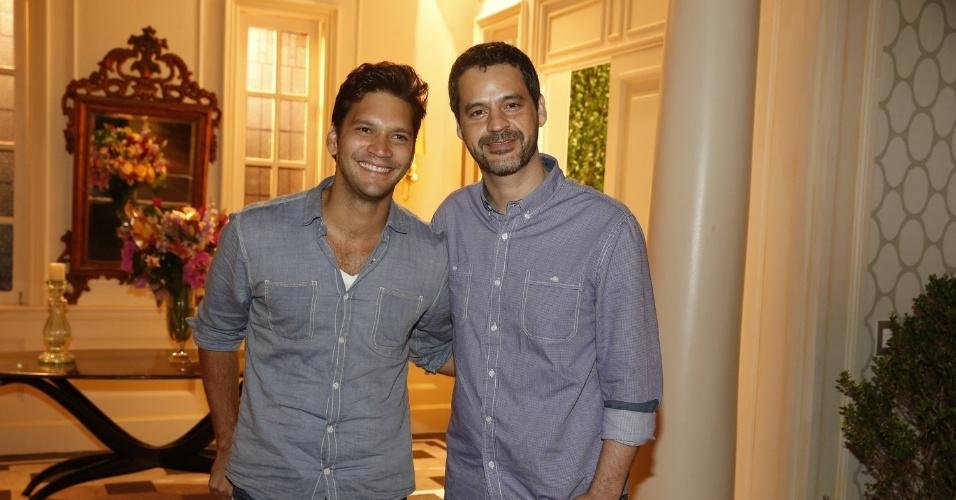 """8.abr.2013 - Armando Babaioff e Bruno Garcia prestigiaram a coletiva de apresentação da novela """"Sangue Bom"""" que aconteceu no Projac, zona oeste do Rio"""