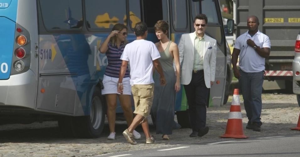 """8.abr.2013 - Dani Moreno e Antonio Calloni chegam à Barra da Tijuca para gravar cenas de """"Salve Jorge"""". Os atores são pai e filha na novela"""