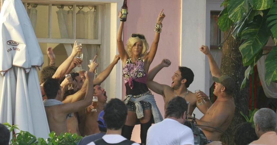 """8.abr.2013 - De peruca loira, Taís Araújo gravou cenas de """"O Dentista Mascarado"""" na zona oeste do Rio"""