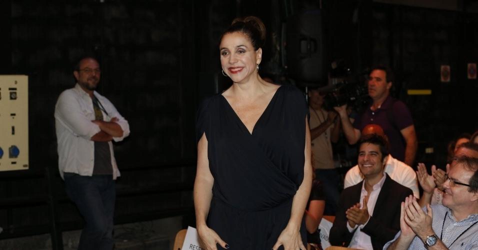 """8.abr.2013 - Marisa Orth prestigiou a coletiva de apresentação da novela """"Sangue Bom"""" que aconteceu no Projac, zona oeste do Rio"""