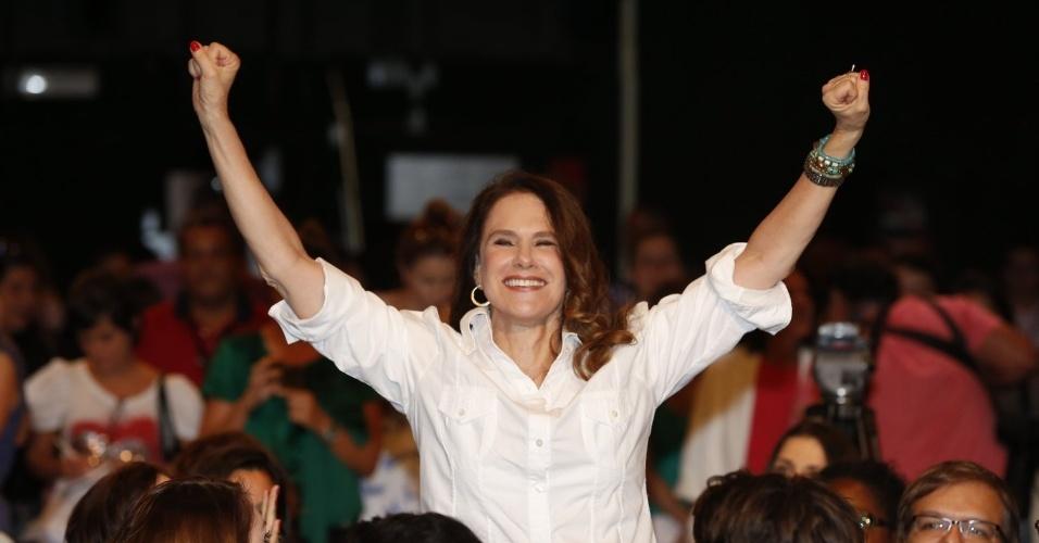 """8.abr.2013 - Xuxa Lopes prestigiou a coletiva de apresentação da novela """"Sangue Bom"""" que aconteceu no Projac, zona oeste do Rio"""