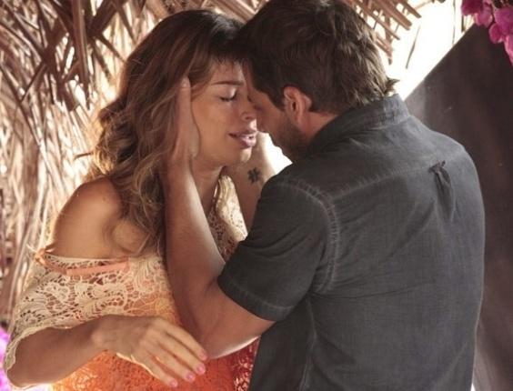 """9.abr.2013 - Em """"Flor do Caribe"""", Ester beija Cassiano"""