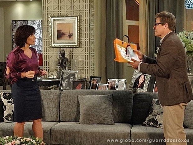 """Em """"Guerra dos Sexos"""", Felipe briga com Roberta por foto de Nando em sacola da Positano"""