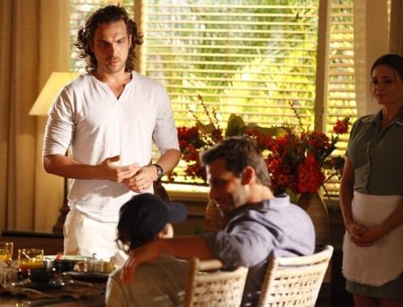 13.abr.2013 - Alberto (Igor Rickli) vê Cassiano (Henri Castelli) tomando café à vontade em sua casa e fica chocado