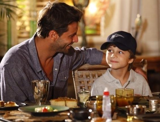 """13.abr.2013 - Cassiano (Henri Castelli) toma café com seu filho Samuca (Vitor Figueiredo) em """"Flor do Caribe"""""""