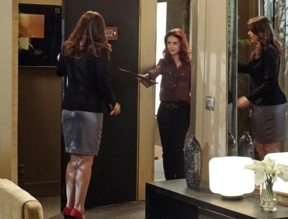 14.abr.2013 - Rosângela (Paloma Bernardi) aproveita descuido de Wanda (Totia Meirelles) e vai entregar documentos a Lívia (Claudia Raia)