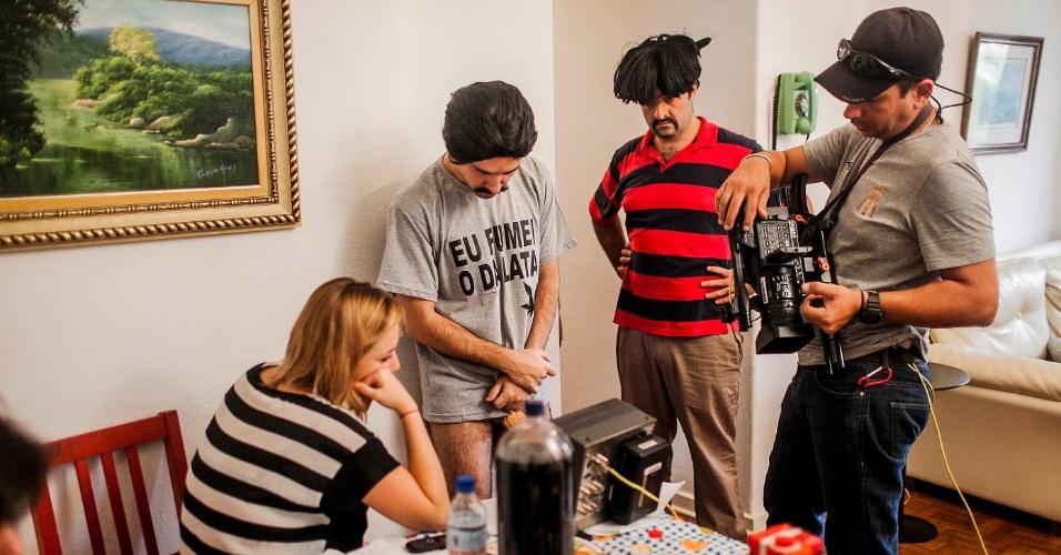 """12.abr.2013 - Fausto, o Renato, e Boça, Felipe Torres, acompanham imagens da gravação do novo """"Hermes e Renato"""", que reestreia na MTV"""
