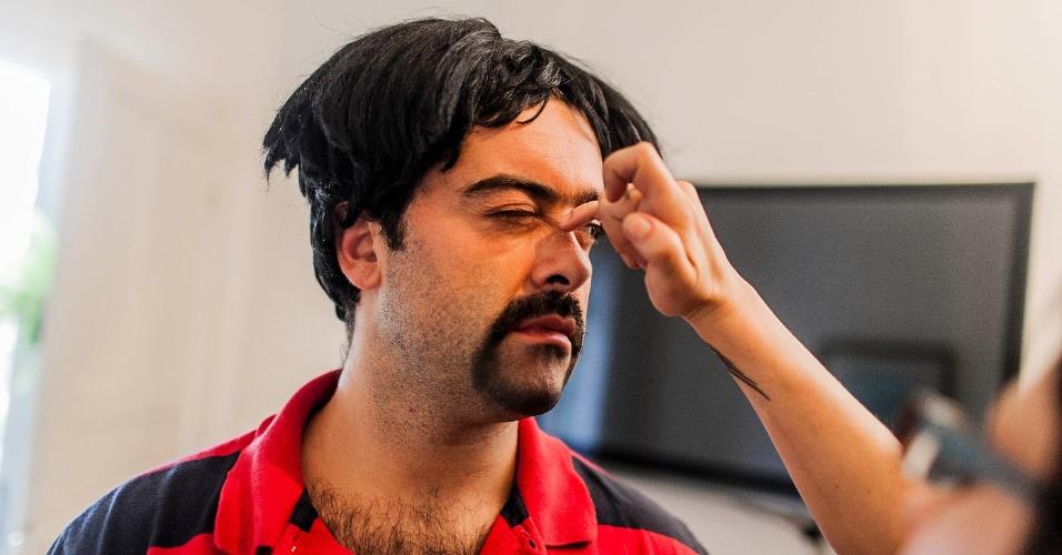 """12.abr.2013 - Felipe Torres, o Boça, cola nariz falso que voou durante gravação do novo """"Hermes e Renato"""", que reestreia na MTV"""