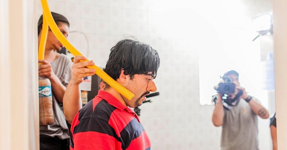 """12.abr.2013 - Felipe Torres, o Boça, ensaia cena de vômito em quadro do novo """"Hermes e Renato"""" que reestreia na MTV"""
