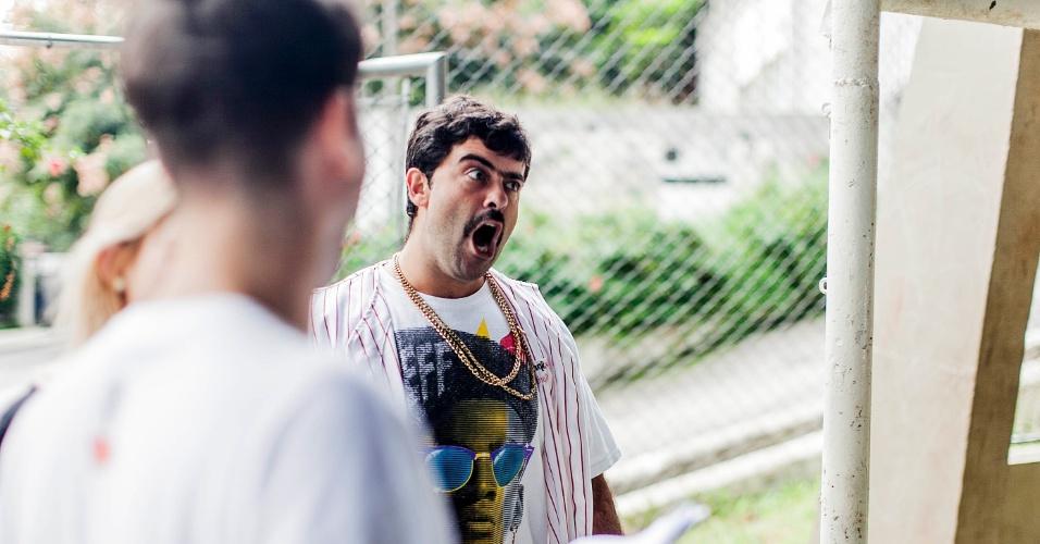 """12.abr.2013 - Felipe Torres, o Boça, grava clipe para o novo """"Hermes e Renato"""", que reestreia na MTV, na estação Vila Madalena"""