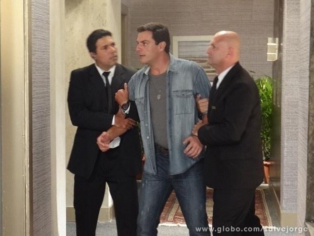 """15.abri.2013 - Em """"Salve Jorge"""", Théo tenta invadir quarto de Lívia e é detido"""