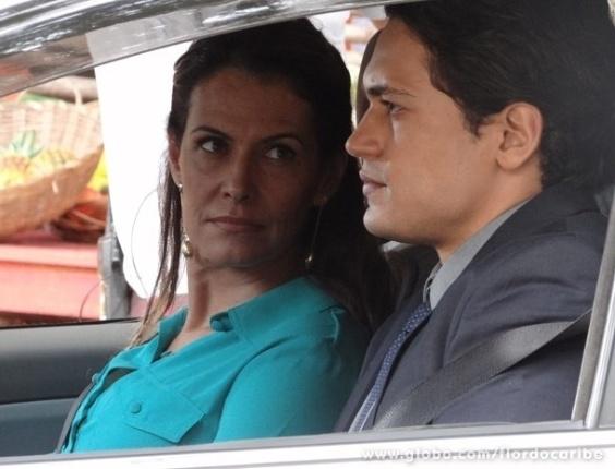 """16.abr.2013 - Em """"Flor do Caribe"""", Hélio ajuda Yvete a descobrir quem é Duque"""
